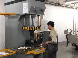 Màquina de premses hidràuliques a la nostra fàbrica a Japó