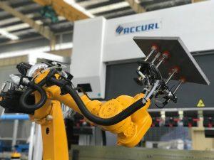 Sistema de plegament robotitzat per a frens automàtics de xapa amb robot automàtic