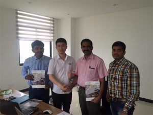 Els clients de Sri Lanka discuteixen la tecnologia amb Mr.Tai a la nostra oficina